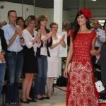 uelque-6_000-heures-de-travail-ont-ete-necessaires-pour-fabriquer-cette-robe-rouge_-Une-realisation-tout-a-l-aiguille_-Un-modele-magnifique1